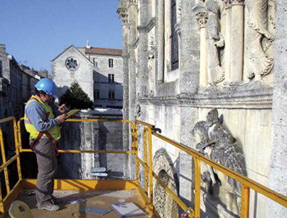 Angoulême (16) Relevé sur la façade de la cathédrale