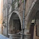 Fig. 2 - Façade actuelle sous arcades de la rue Rêve-Vieille