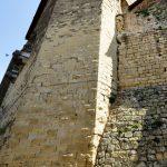 Fig. 1 - Vue du rempart et du mur nord de l'église Saint-Didier