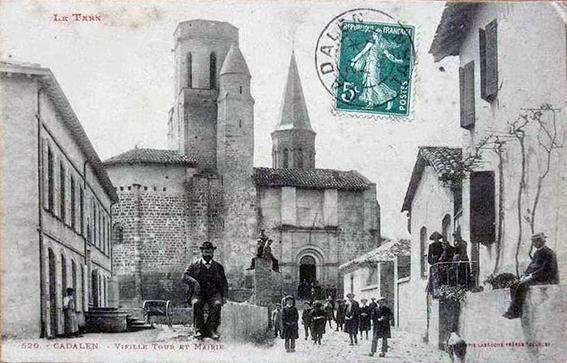 Cadalen (81) Sur cette ancienne carte postale l'église avec son clocher, disparu depuis...