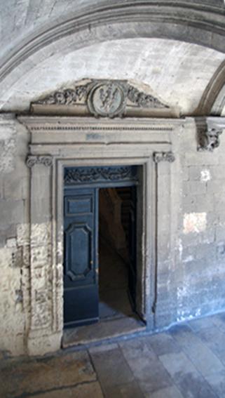 Fig. 8 - Porte moderne ouverte vers le dortoir, à l'angle nord-est du cloître