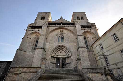 Fig. 4 - Vue de la façade principale de l'Abbatiale Saint-Robert