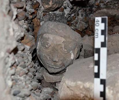 Fig. 10 - Tête sculptée découverte dans le bouchage d'une baie