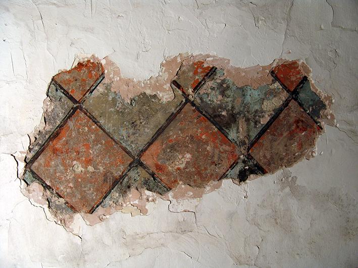 Fig. 8 - Fragment de décor peint mis au jour dans le logis abbatial