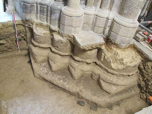 Fig. 5 - Soubassement et base d'une pile romane