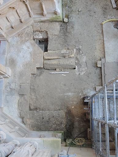 Fig. 6 - Vestiges dégagés devant l'entrée du portail Royal