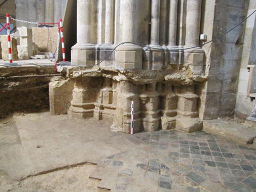 Fig. 7 - Bases romane et gothique d'une pile