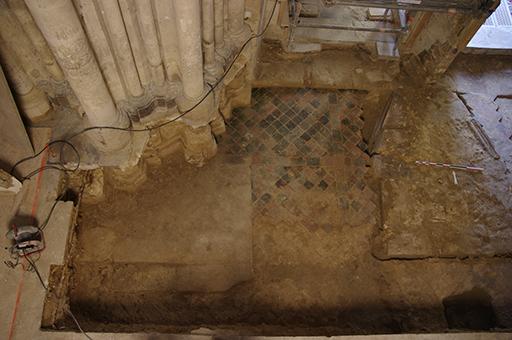 Fig. 8 - Pavement situé devant la porte