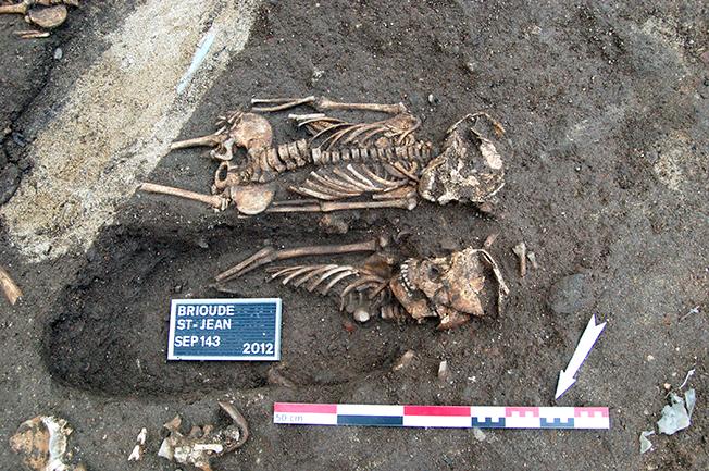 Fig. 2 - Détail de sépultures du cimetière de l'église Saint-Jean