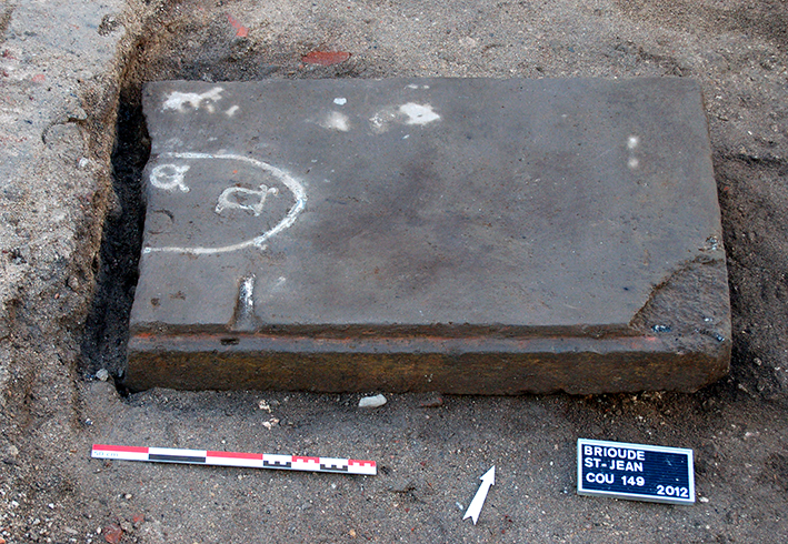 Fig. 3 - Couvercle de tombeau médiéval