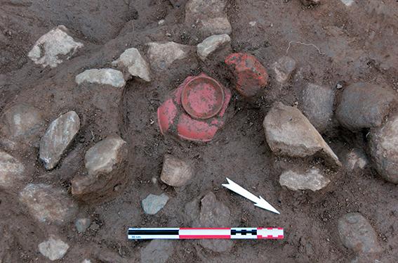 Fig. 6 - Détail d'une coupe en céramique sigillée dans l'amas de matériaux avant prélèvement ; vue depuis le nord-est