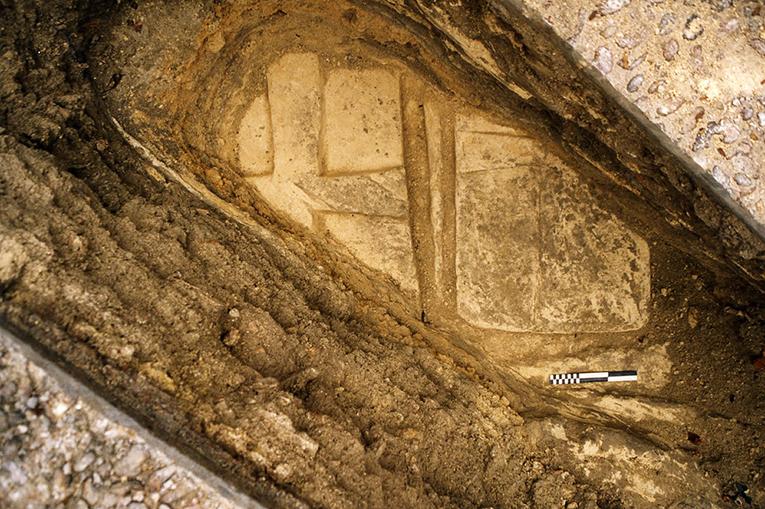 Deux couvercles de sépultures ornés d'une croix sculptée (sondage 2012)