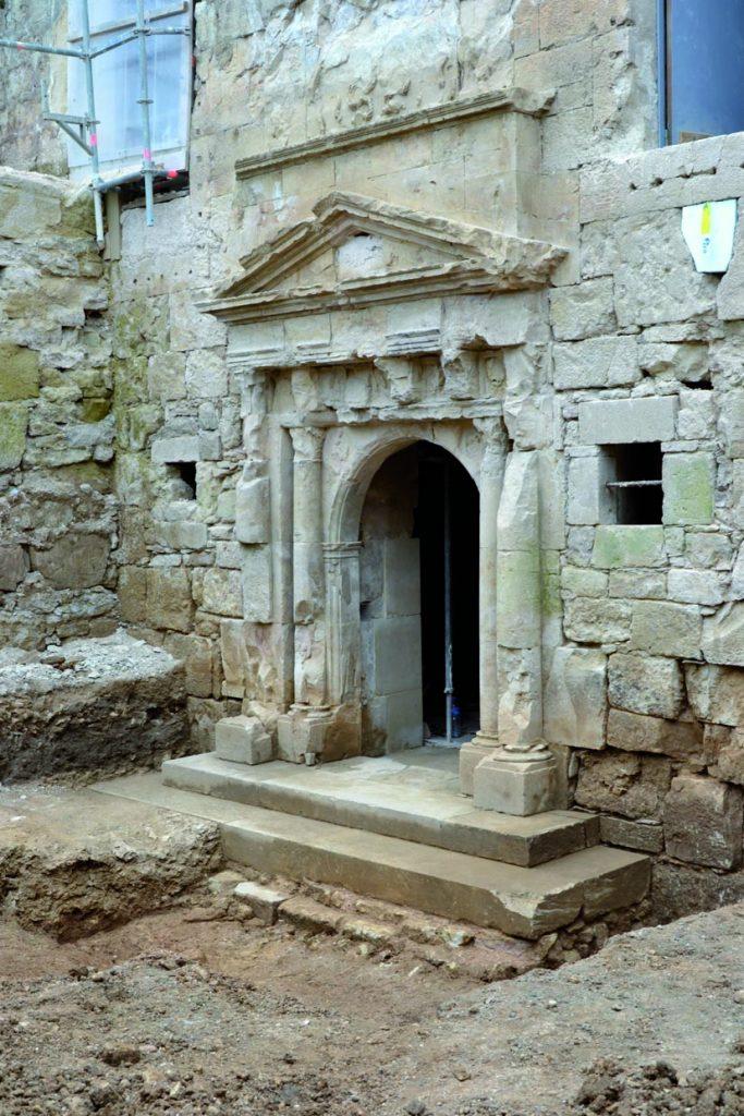 Fig. 2 - Porte sculptée du château