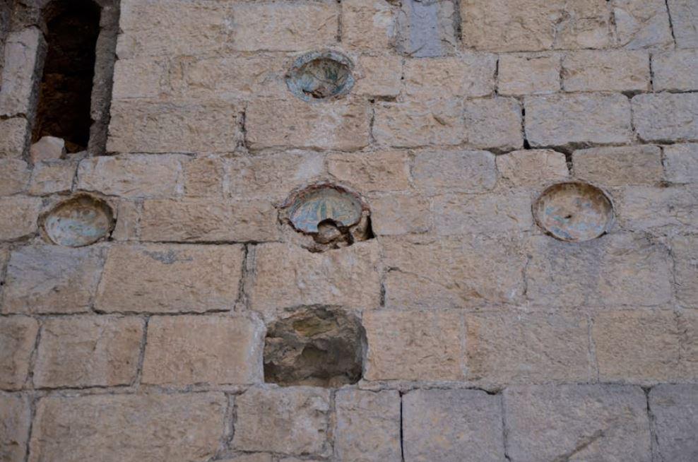 Bacini surmontant la porte sud de la façade ouest