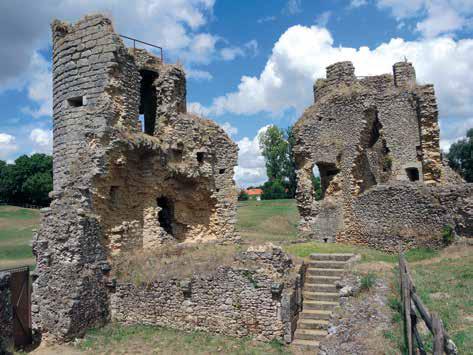 Fig. 2 - Vue des tours T1 et T2 et de la courtine C1 depuis l'intérieur du château