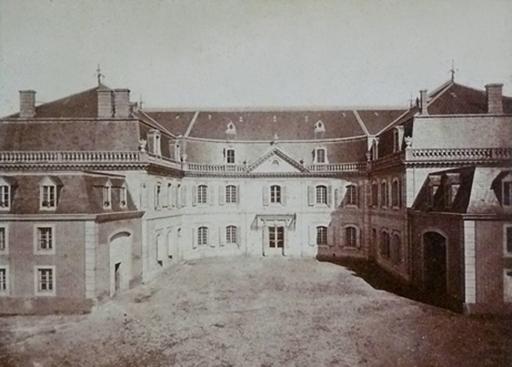 Fig. 5 - Photographie des ailes en retour vers l'ouest du château de la verrerie (1880) (Cliché de L. Subra, Archives Municipales de Carmaux)