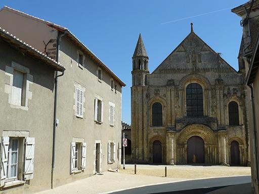 Fig. 1 - Vue de la façade et de l'église