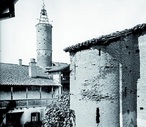 Fig. 1 - Vue de l'aile ouest et de la tour d'escalier de l'aile nord (Médiathèque de l'architecture et du patrimoine, 00079593 (S. Hurault, 1957))