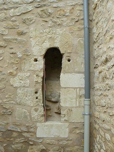 Fig. 2 - Fenêtre avec linteau incisé de faux claveaux
