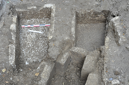 Fig. 2 - Sarcophages des sépultures 1, 13 et 19