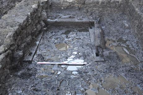 Fig. 1 - Les vestiges du moulin installé sur la berge occidentale du cours d'eau au deuxième quart du IIe siècle de n. è.