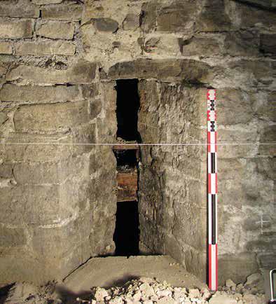 Fig. 1 - Fente de tir tournée vers l'ancienne voie d'accès du pont