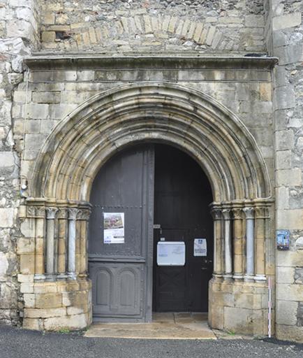 Fig. 1 - Portail de l'église de Saint-Martory
