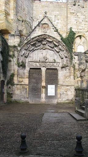 Fig. 1 - Portail de l'église souterraine