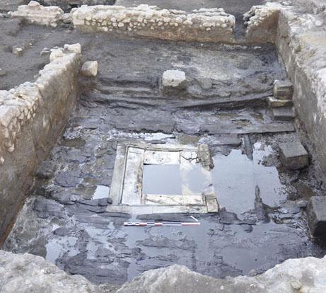 Fig. 2 - Le bâtiment édifié au-dessus d'un puits à la deuxième moitié du IIe siècle