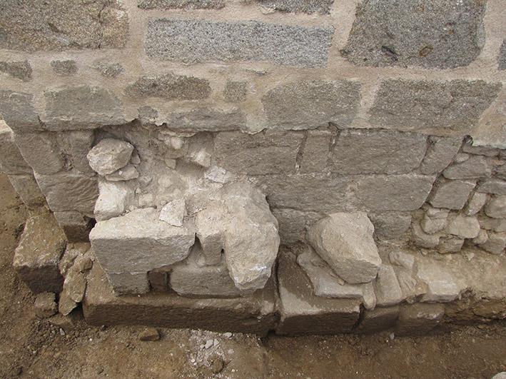 Fig. 3 - Blocs antiques situés en fondation de l'église